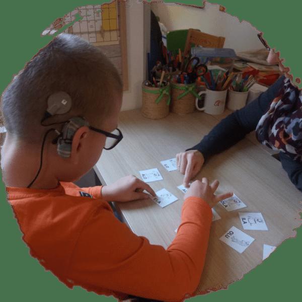 Chłopiec zaparatem słuchowym
