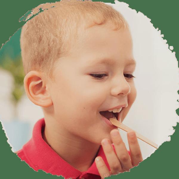 Chłopiec zpatyczkiem medycznym wjamie ustnej