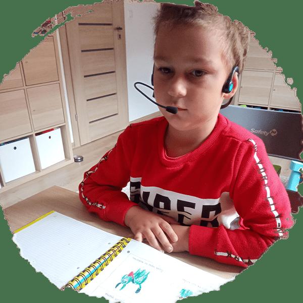 Chłopiec zzestawem słuchawkowym ForBrain
